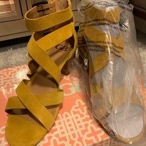 GB- Gianni Bini Cross-back leather sandals